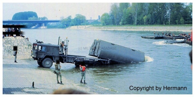 1982 - TdoT Pioniere Ingolstadt 02-man-faltschwimmbruecke-absetzen