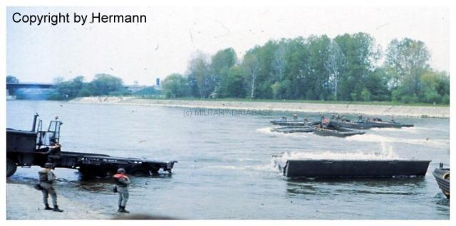 1982 - TdoT Pioniere Ingolstadt 03-man-faltschwimmbruecke-abgesetzt