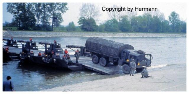 1982 - TdoT Pioniere Ingolstadt 21-7tonner-verlaesst-amphiebruecke